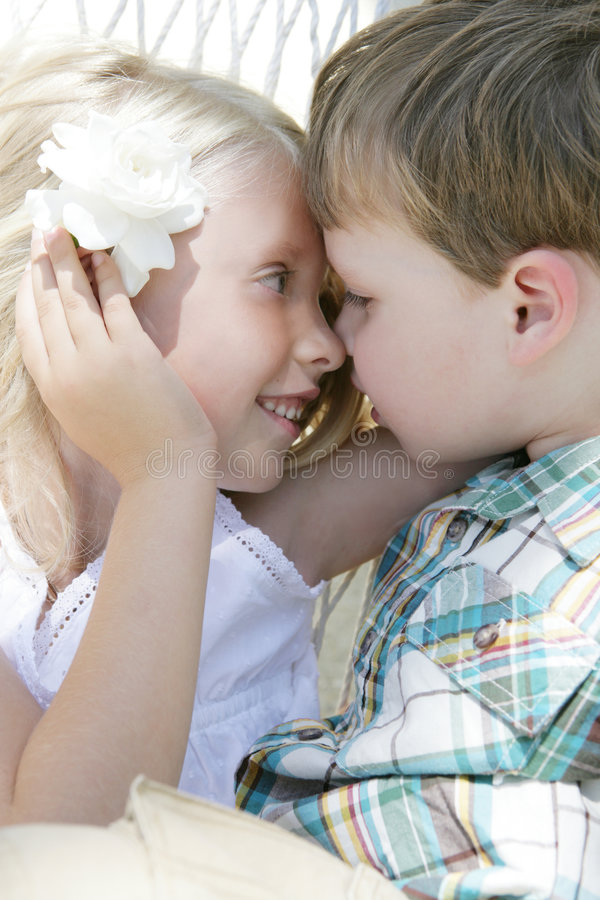 Parler d'enfants de mêmes parents photo libre de droits