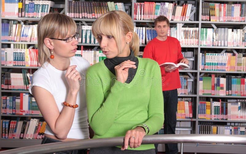 Parler dans la bibliothèque image stock