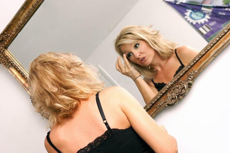 Parler dans le miroir image stock