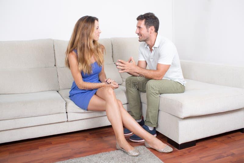 Parler de couples images stock