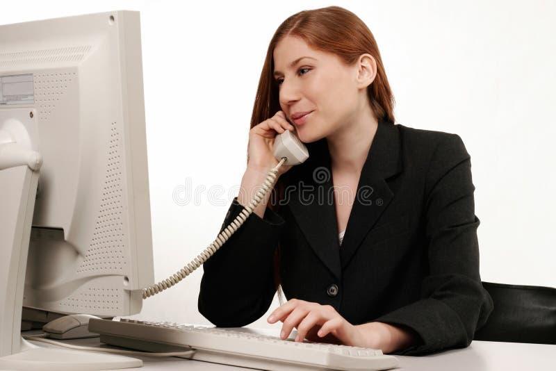 Parler de femme d'affaires images stock