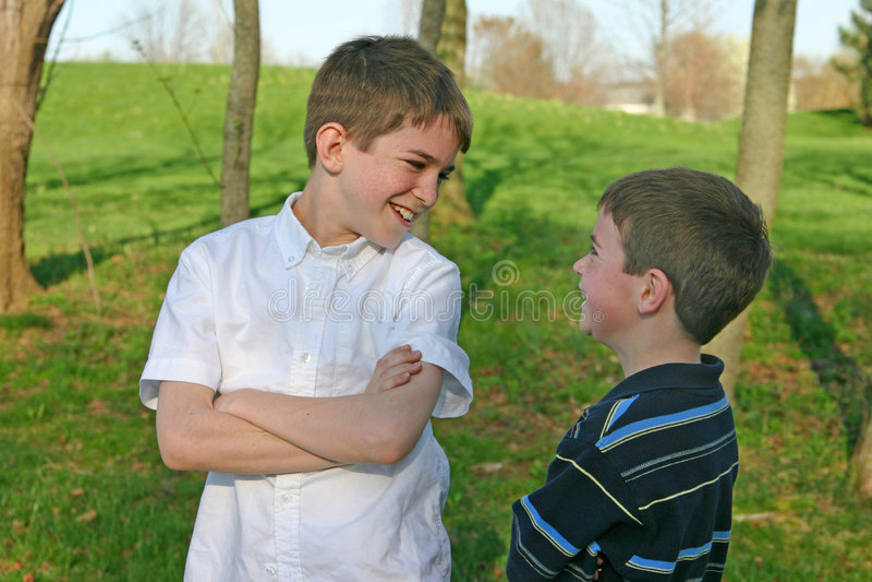 Parler de garçons photographie stock libre de droits