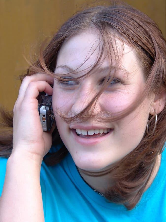 Parler de l'adolescence sur le téléphone portable photos stock