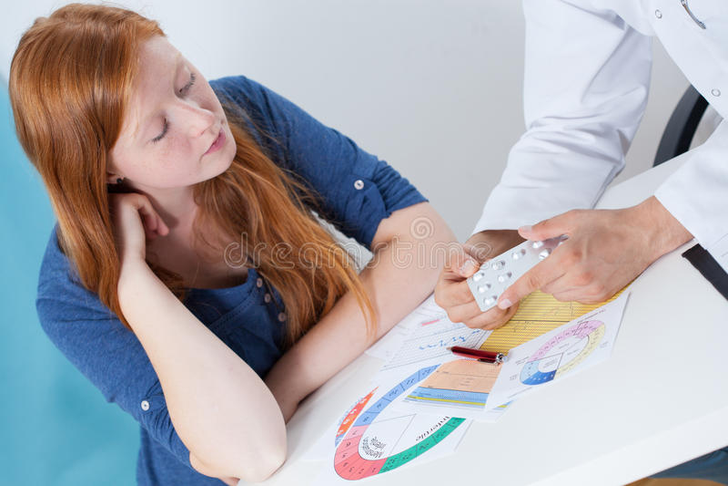 Parler de la contraception avec le gynécologue photographie stock