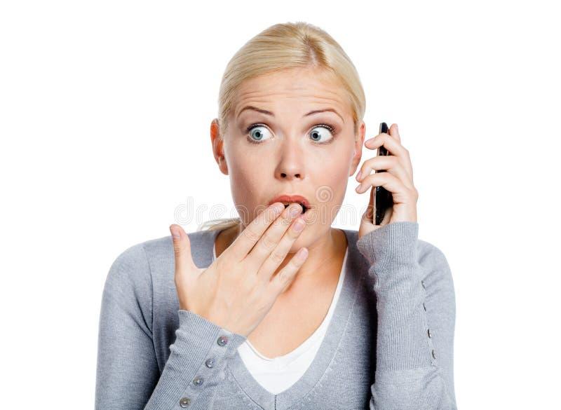 Parler de la fille choquée par téléphone photos stock