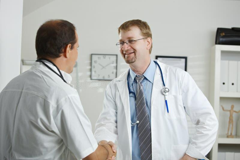 Parler de médecins photos libres de droits