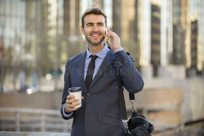 Parler de marche d'homme d'affaires au téléphone portable images stock