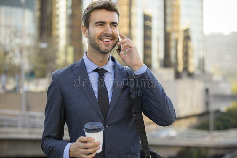 Parler de marche d'homme d'affaires au téléphone portable image libre de droits