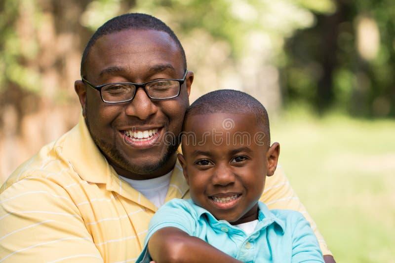 Parler de père et de fils d'afro-américain photos stock