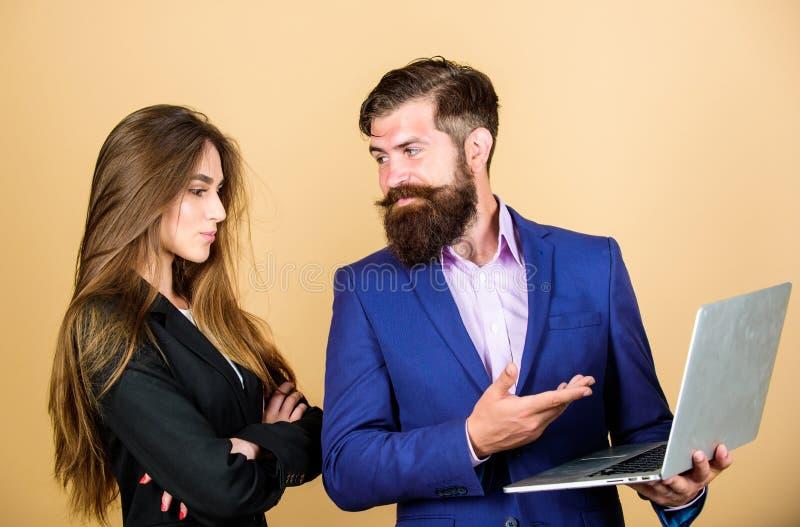 parler de sourire de contact d'ordinateur portatif de bureau de cmputer d'homme d'affaires d'affaires ? utiliser la femme Discuss image libre de droits