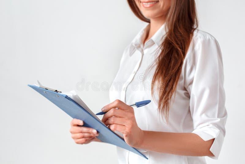 parler de sourire de contact d'ordinateur portatif de bureau de cmputer d'homme d'affaires d'affaires ? utiliser la femme E photo stock