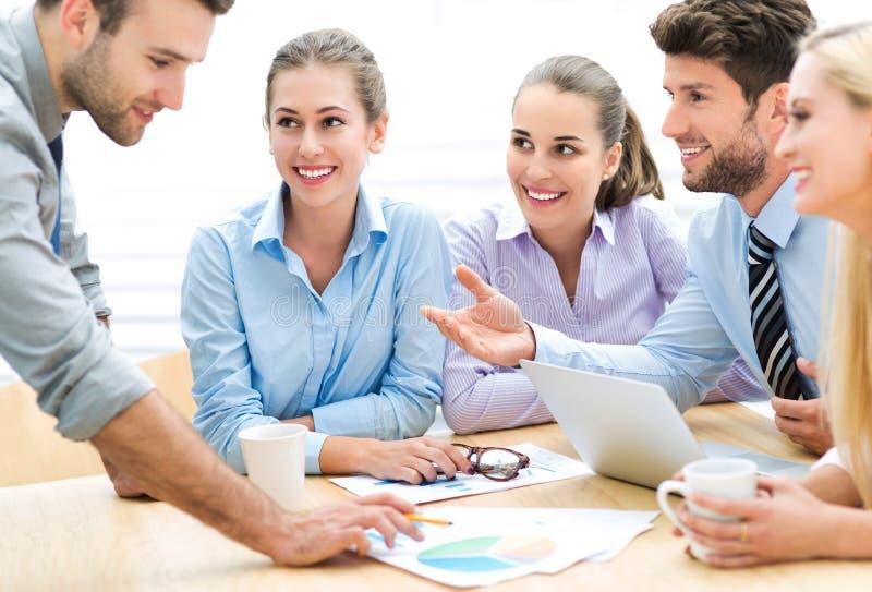 parler de sourire de contact d'ordinateur portatif de bureau de cmputer d'homme d'affaires d'affaires à utiliser la femme images libres de droits
