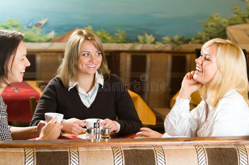 Parler de trois jeunes femmes image stock
