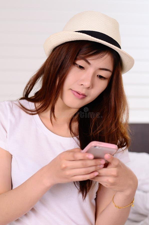 Parler et causerie adolescentes asiatiques avec le téléphone portable images libres de droits