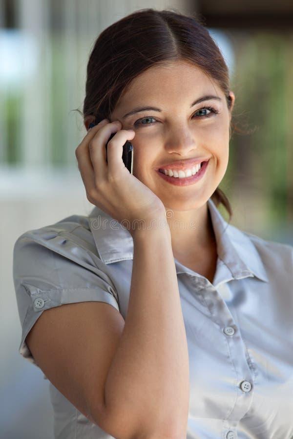 Parler exécutif femelle au téléphone portable image stock