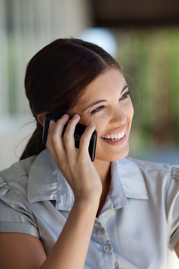Parler exécutif femelle au téléphone portable photo libre de droits