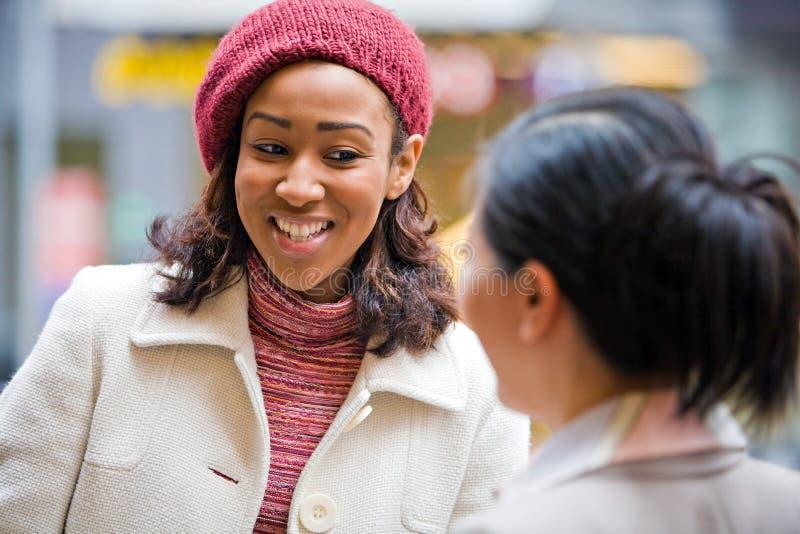 Parler heureux de dames d'affaires images libres de droits