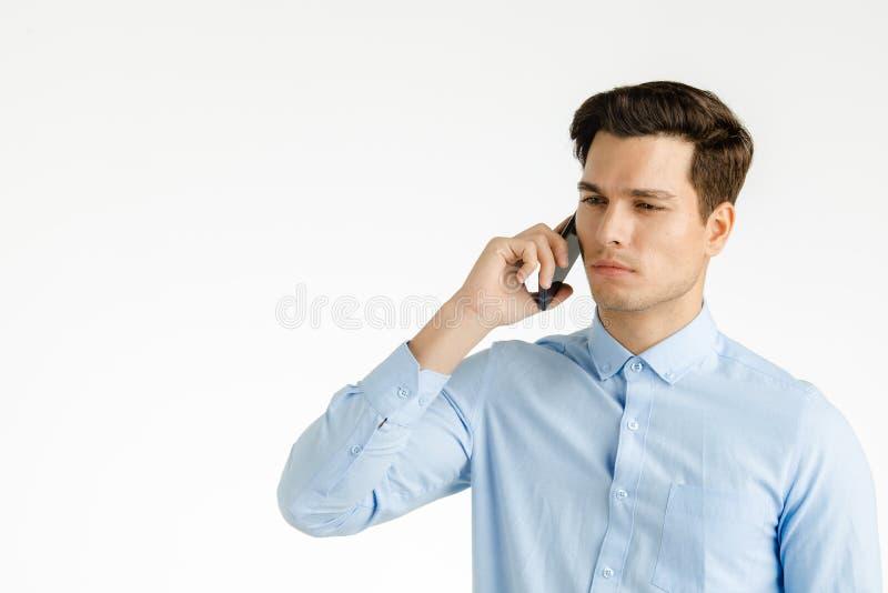 Parler sérieux d'homme d'affaires au téléphone images libres de droits