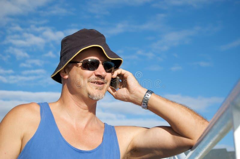 Parler sur le téléphone portable image libre de droits