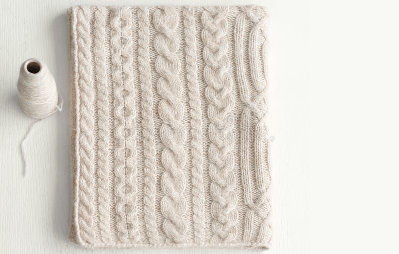 Parlez en faveur fait main avec un beau tricotent le modèle photo libre de droits