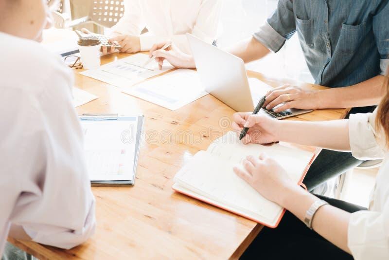 Parlez lors de la réunion discutant en travaillant l'analyse, inv professionnel photos stock