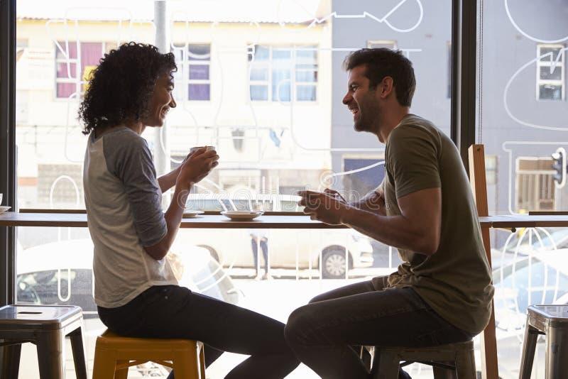 Parmöte för datum i coffee shop royaltyfri bild