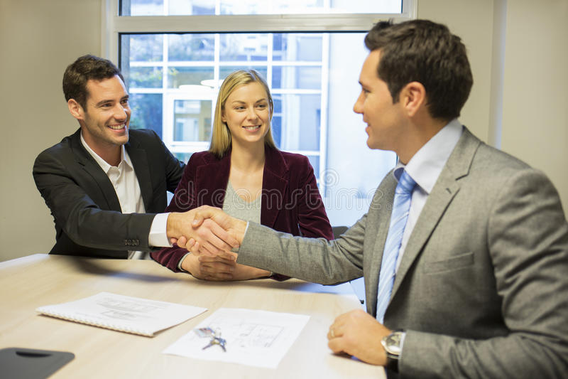 Parmöte med den finansiella konsulenten, handskakning arkivbild