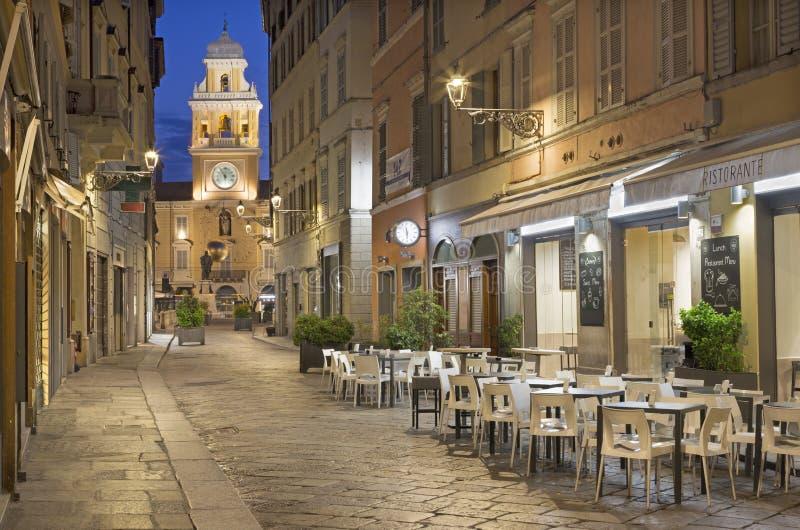Parma - die Straße der alten Stadt an der Dämmerung lizenzfreie stockbilder