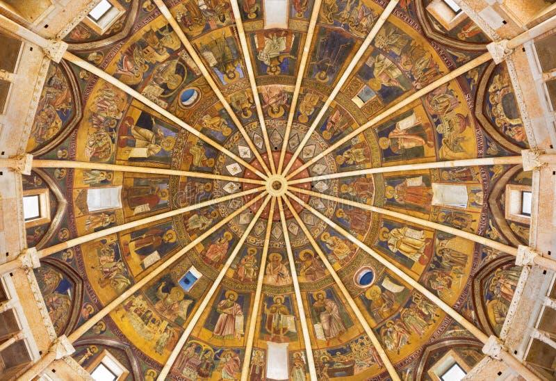 PARMA, ITÁLIA - 16 DE ABRIL DE 2018: A cúpula com os fresco no estilo icônico bizantino no Baptistery provavelmente por Grisopolo imagens de stock