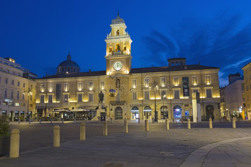 PARMA, ITALIË - APRIL 18, 2018: Het paleis Palazzo del Governatore - Gouverneurs` s paleis bij Piazza Garibaldi bij schemer royalty-vrije stock foto
