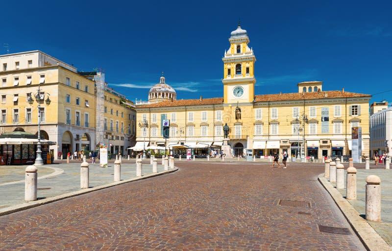 Parma, Italië: Mening van het Gouverneurs` s Paleis en het monument van Giuseppe Garibaldi stock fotografie