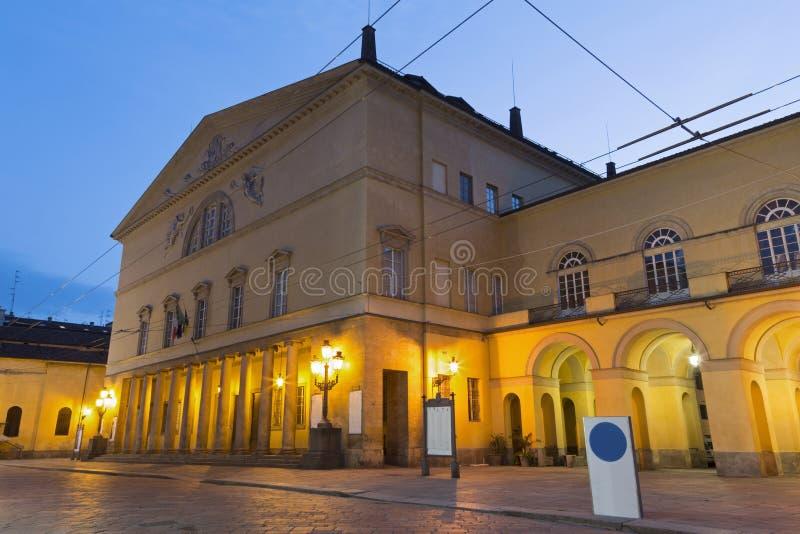 PARMA, ITALIA - 17 DE ABRIL DE 2018: La calle de la ciudad vieja en la oscuridad y el teatro de Teatro Regio foto de archivo