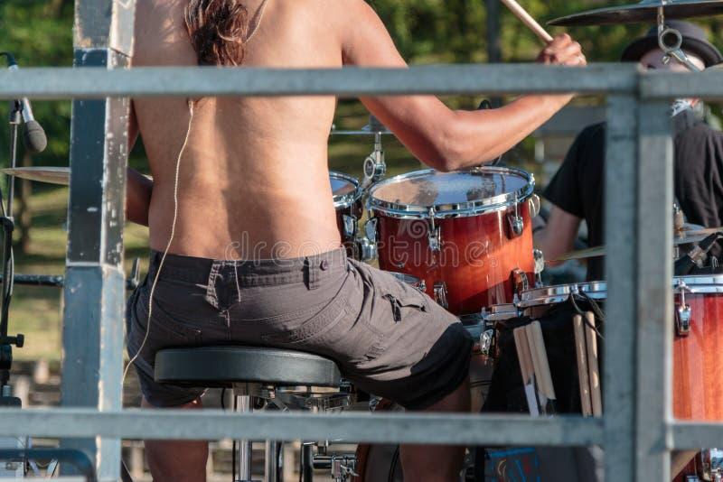 Parma, Italia - può 2015: Live Music: Batterista Plays con le bacchette sull'insieme del tamburo della roccia fotografie stock
