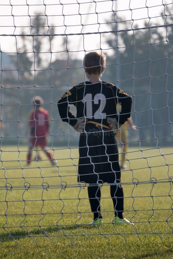 Parma, Italia - septiembre de 2015: Pequeño jugador de fútbol: Portero con los guantes delante de la meta foto de archivo libre de regalías