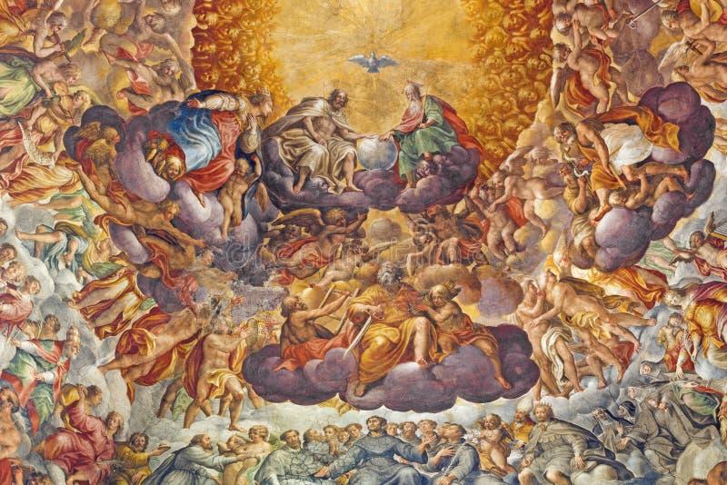 PARMA ITALIEN - APRIL 16, 2018: Freskomålning av helig Treenighet och helgon i härligheten i kupol av Chiesa di Santa Maria del Q royaltyfria foton