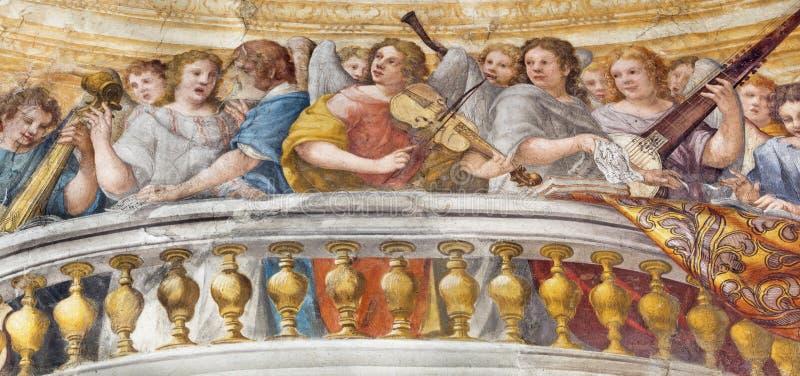 PARMA ITALIEN - APRIL 16, 2018: Freskomålningen av kören av änglar med musikinstrumenten i kyrkliga Chiesa di Santa Croce royaltyfria bilder