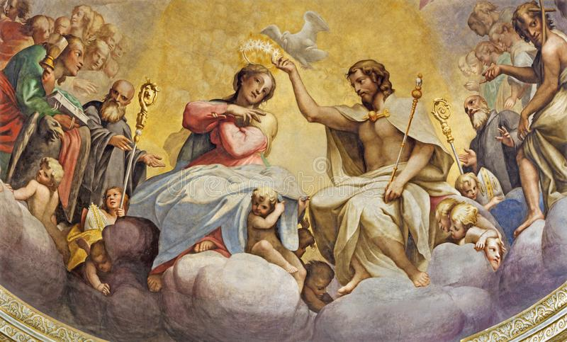 PARMA ITALIEN - APRIL 15, 2018: Freskomålningen av kröning av jungfruliga Mary i huvudsaklig absid av kyrkliga Chiesa di San Giov fotografering för bildbyråer