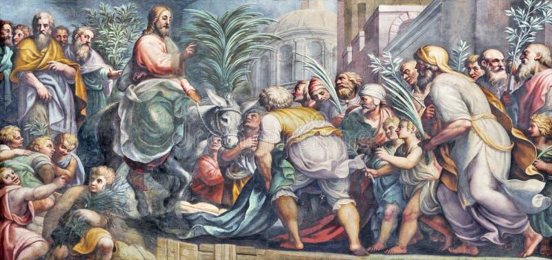 PARMA ITALIEN - APRIL 16, 2018: Freskomålningen av tillträdeet av Jesus i Jerusalem gömma i handflatan Sundy i Duomo av Lattanzio royaltyfri fotografi