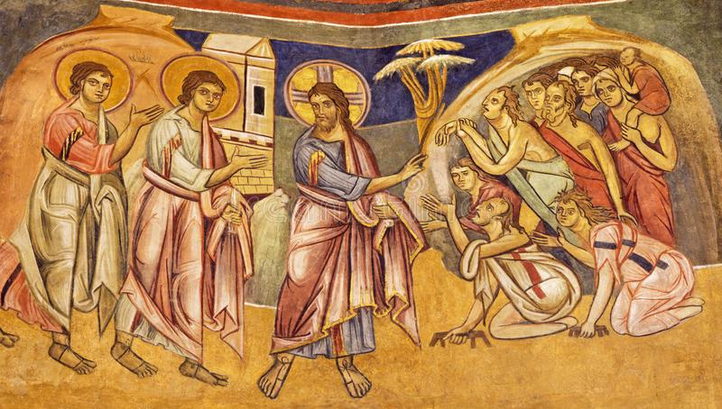 PARMA ITALIEN - APRIL 16, 2018: Freskomålningen Jesus som läker de tio spetälskarna i iconic stil för byzantine i Baptistery royaltyfri fotografi