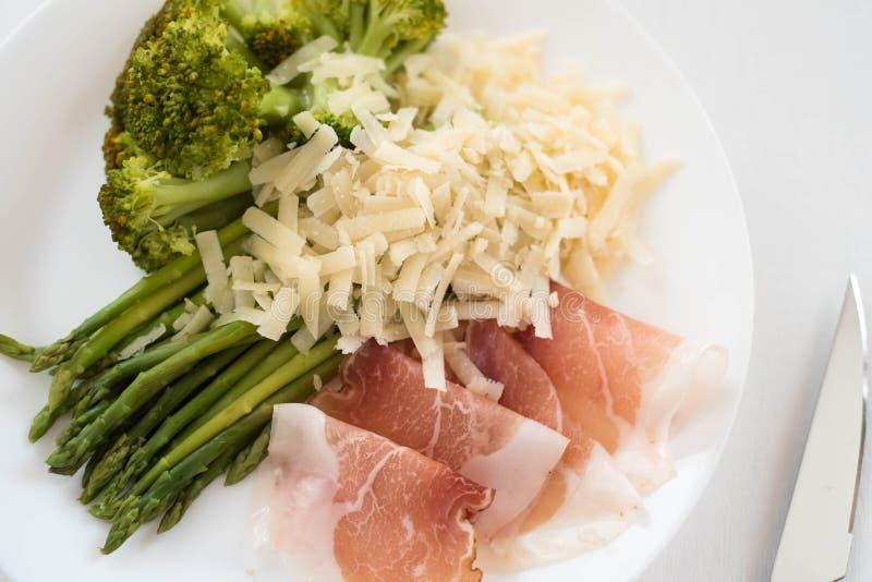 Parmaschinken, Spargel und Arugulabrokkoli, gesunde Ernährung, Diät stockbilder