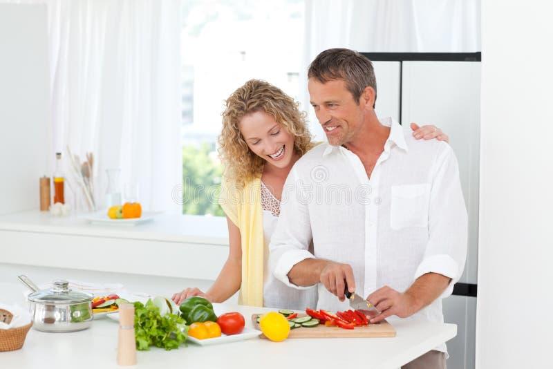 Parmatlagning tillsammans i deras kök arkivbilder
