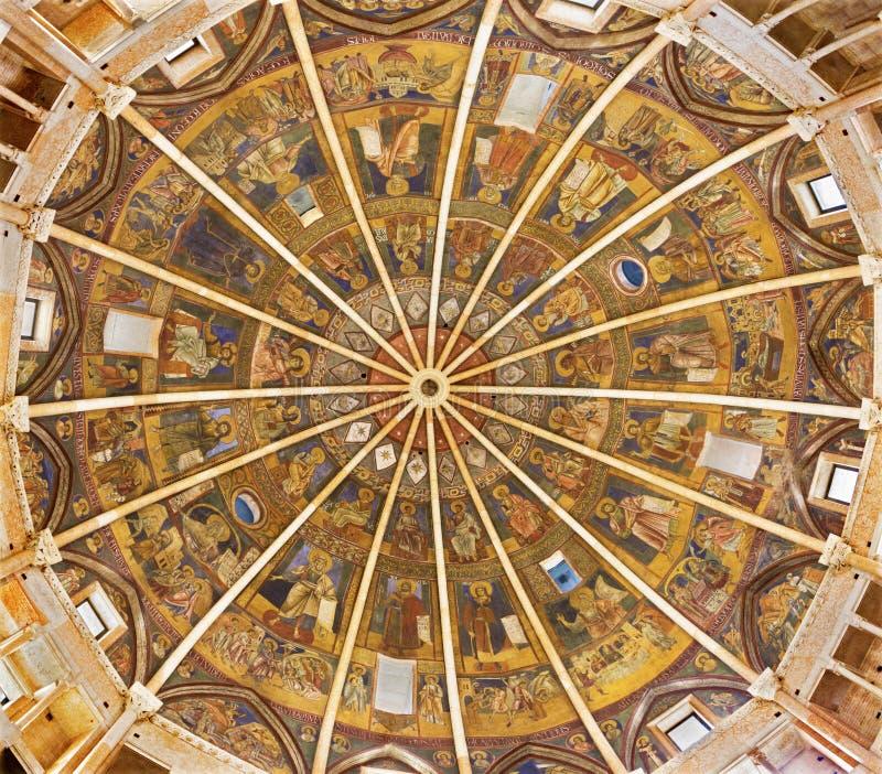 PARME, ITALIE - 16 AVRIL 2018 : La coupole avec les fresques dans le style iconique bizantin dans le baptistère probablement par  photos libres de droits