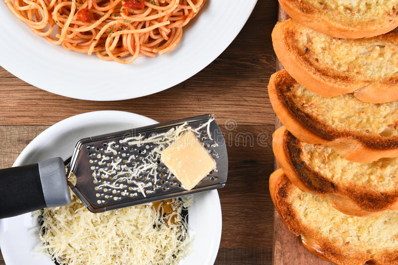 Parmesan de spaghetti de pain à l'ail images stock