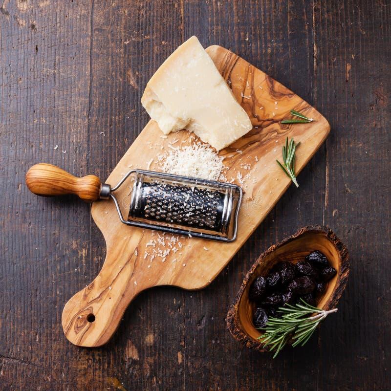 Parmesan et olives séchées au soleil images libres de droits