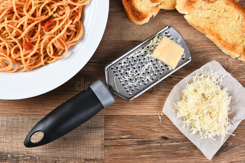 Parmesan et spaghetti râpés image libre de droits
