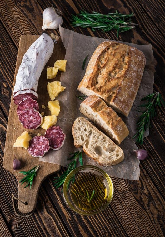 Parmesan för italienskt bröd Ciabatta, salami- och ost royaltyfria bilder