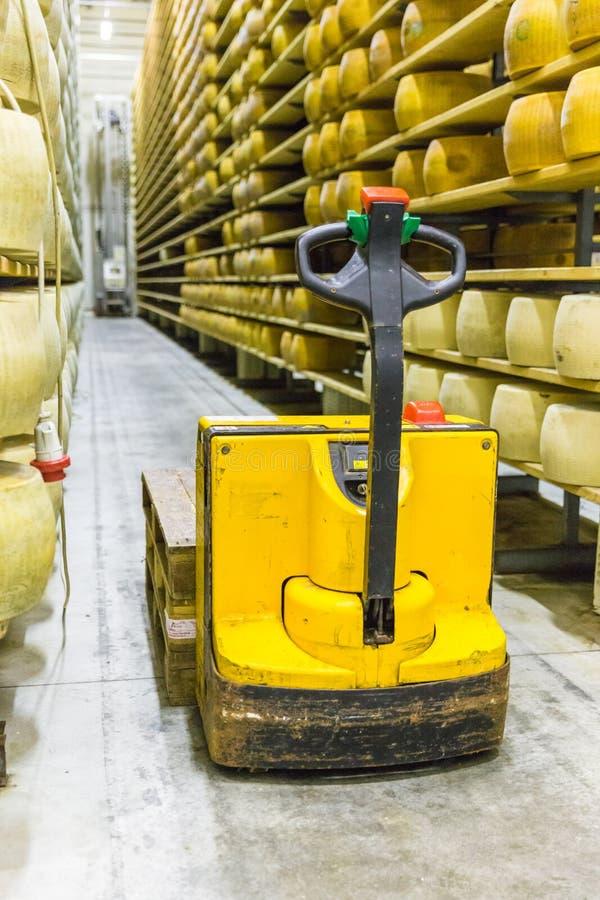 Parmesankäse-Käsefabrikproduktion legt mit Alternkäse I beiseite stockfotografie