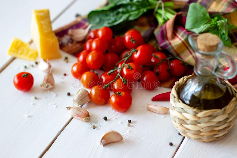 Parmesankäse, Tomaten, Olivenöl und andere Bestandteile für Salatsoße Weißer Hintergrund lizenzfreie stockfotos