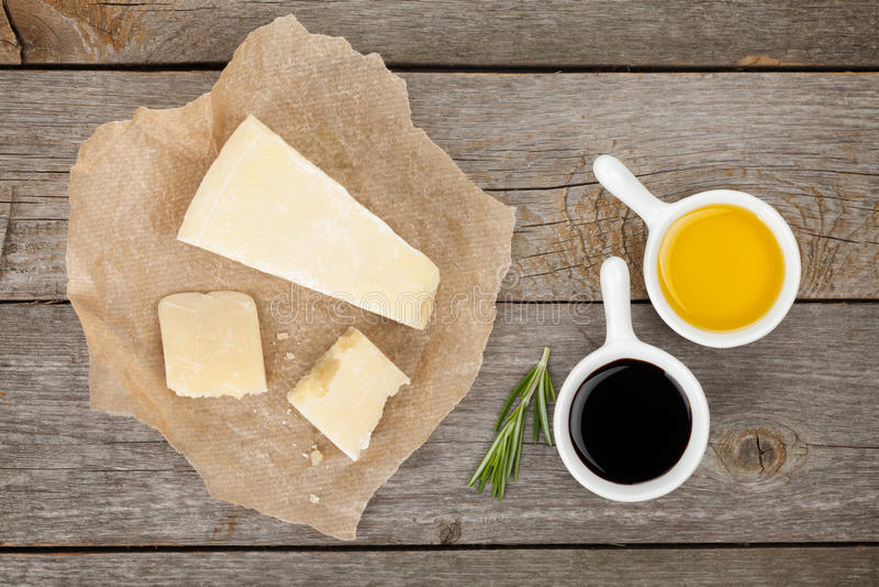 Parmesankäseparmesankäse, -kräuter und -gewürze lizenzfreie stockfotos