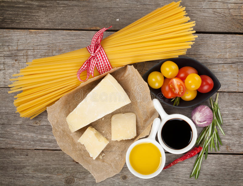 Parmesankäseparmesankäse, Teigwaren, Tomaten, Essig, Olivenöl, Kräuter und stockbild